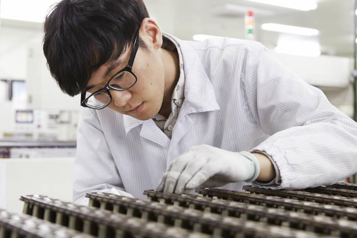 비나텍 직원이 자체 생산한 슈퍼 커패시터 생산라인을 살펴보고 있다.