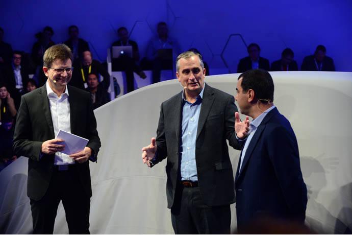 클라우스 프렐리히 BMW그룹 개발 이사(왼쪽), 브라이언 크러재니치 인텔 CEO(중앙), 암논 사슈아 모빌아이 공동창립자 겸 CTO(오른쪽)가 4일 미국 라스베이거스에서 공동 기자회견을 열고 올 연말 미국과 유럽의 실제 도로에서 자율주행 테스트 차량 40여대를 시범 운용할 계획이라고 밝혔다.