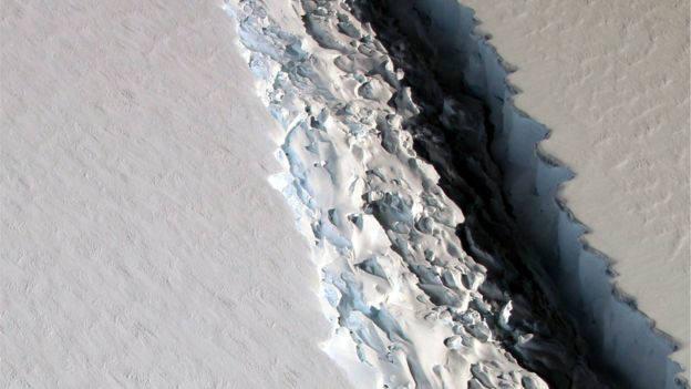 지난해 11월 미국항공우주국(NASA)가 촬영한 라르센C 빙붕의 균열(자료 : NASA)