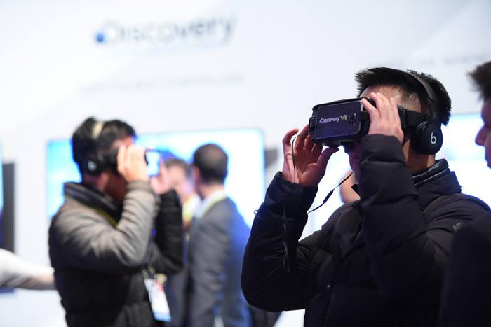 올해도 다양한 기업이 VR 관련 콘텐츠와 하드웨어 기기, 부품을 선보였다.