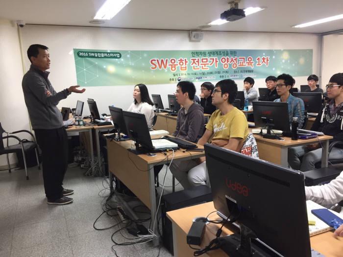 대전정보문화산업진흥원 SW융합클러스터 대덕센터는 지난해 SW융합클러스터 1차 사업의 일환으로 `SW융합 전문가 양성교육`을 실시했다.