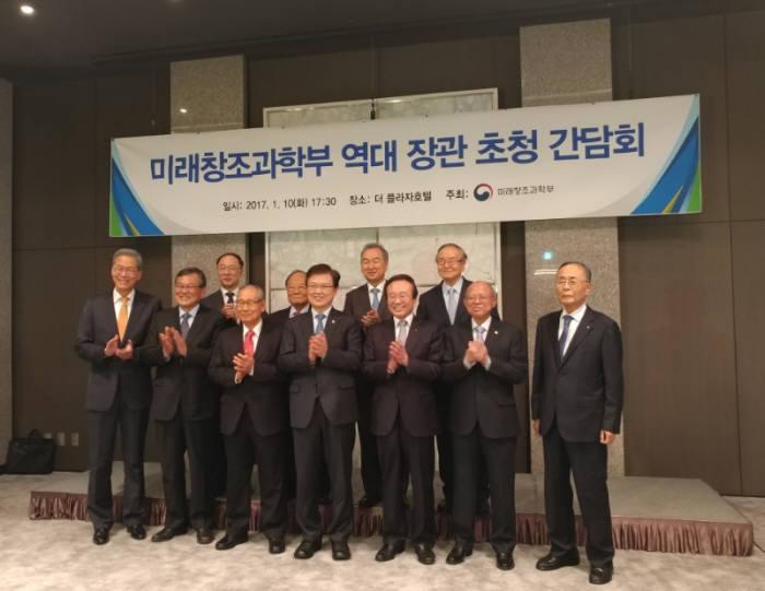 미래창조과학부 역대 장관 초청 간담회가 10일 오후 5시 반 서울 중구 더플라자호텔에서 열렸다.