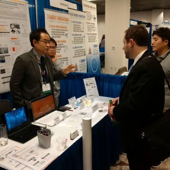 김재우 내일테크놀로지 사장(왼쪽)이 최근 미국에서 열린 국방산업 박람회에서 BNNT 기반 전기절연 방열소재를 설명하고 있다.