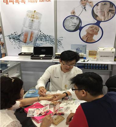지난해 태국에서 열린 2016 K-뷰티 엑스포 방콕에서 지역 K-뷰티기업이 바이어와 상담하는 모습.