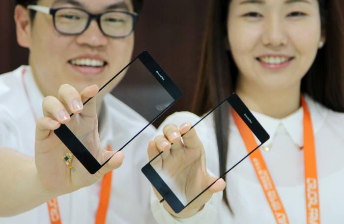 크루셜텍 직원이 강화유리에 지문인식모듈을 접목한 홈 키 없는 `언더글라스 BTP`를 소개하고 있다. 김동욱기자 gphoto@etnews.com