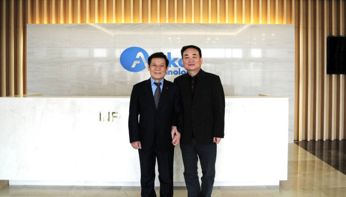 윤장현 광주시장(왼쪽)이 지난해 12월 초 박용철 앰코코리아 한국법인 대표를 만나 광주사업장에 대한 지속적인 투자를 요청한 뒤 기념촬영하고 있다.