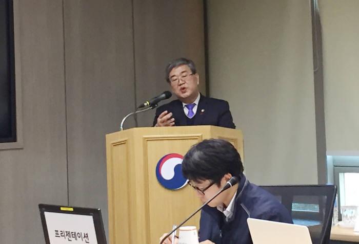 고윤화 기상청장이 2017년 업무계획을 브리핑 했다.