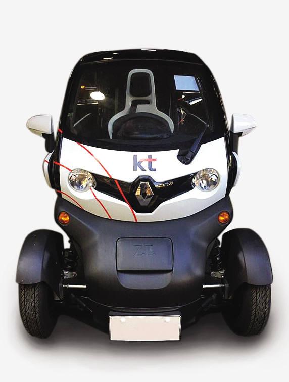 KT가 르노삼성으로부터 구입한 초소형 전기차 `트위지` 실물 모습. 차량은 흰색과 검은색 바탕에 기가와이파이 모양에다 앞,옆면에 KT 로고가 그려져 있다.