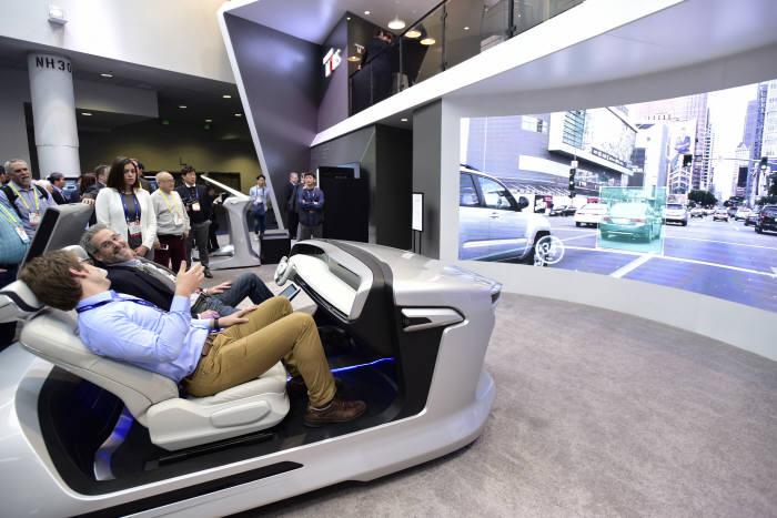 관람객들이 CES 2017 현대모비스 전시관 `스마트카`존에서 대형 LED 스크린을 통해 자율주행을 체험했다. (제공=현대모비스)
