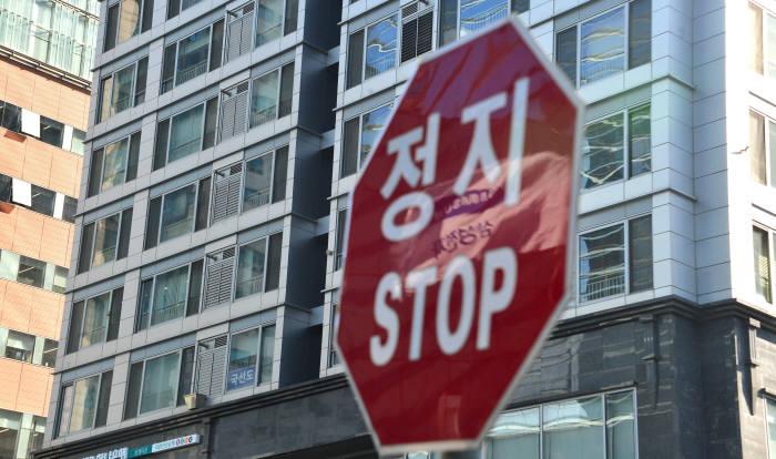 삼성전자 사옥 앞 정지 교통신호판에 비친 삼성전자 깃발
