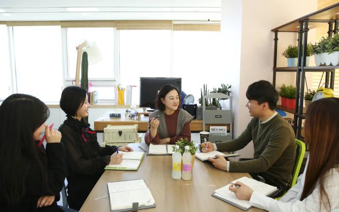 이현희 핑크시슬리 대표(가운데)가 직원들과 회의하고 있다.