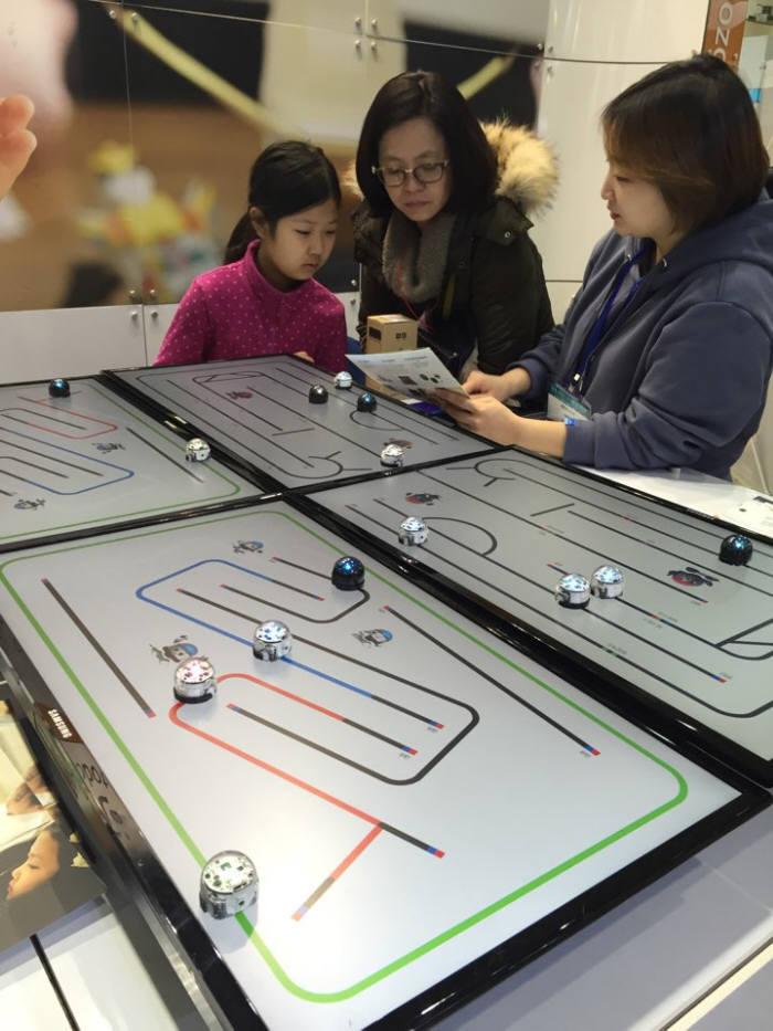 19일 서울 삼성동 코엑스에서 열린 `교육박람회`에서 학생과 학부모가 오조복 코딩 학습 도구에 대해 설명을 듣고 있다.