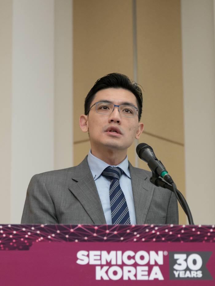 클락 챙(Clark Tseng) 국제반도체장비재료협회(SEMI) 연구원이 중국 반도체 투자 전망을 발표하고 있다.