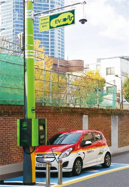 부산 지역에 전신주를 이용해 한국전력공사 전기차가 충전하고 있다.