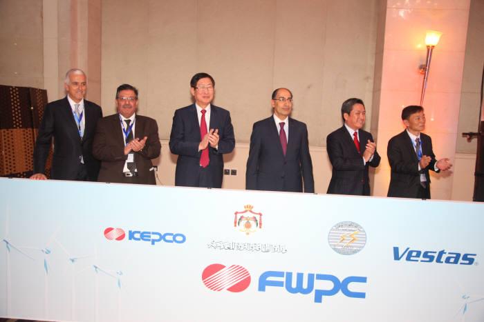 왼쪽부터) 마르코 그라지아노 베스타스 사장, 압델파타 알리파야드 엘 다라드카 NEPCO 사장, 조환익 한전 사장, 이브라힘 사이프 MEMR 장관, 이범연 주요르단 한국대사, 정동일 푸제이즈 법인장