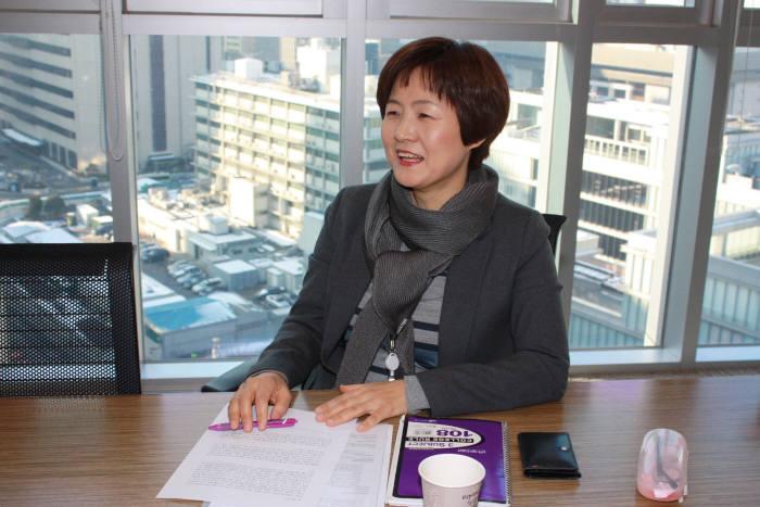 우미영 한국MS 전무가 14일 서울 광화문 한국MS 본사에서 가진 인터뷰에서 국내 IT업계에 대해 설명하고 있다. 한국MS 제공