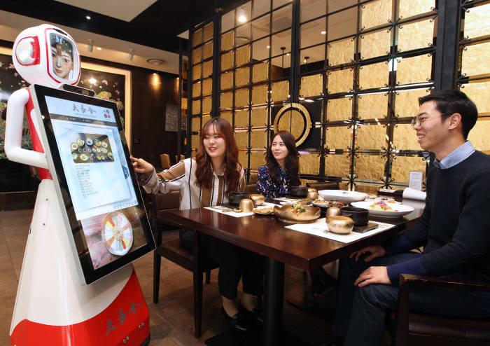궁중요리전문점에 등장한, 인공지능(AI) 서비스 로봇 `장금이`
