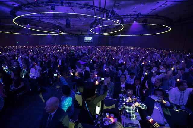 RSA콘퍼런스 키노트장이 가득찼다. 세계를 보호하는 역할을 하겠냐는 질문을 하자 보안전문가들이 손을 들어 화답했다. 콘서트장 같은 분위기를 연출했다. 의자마다 놓여있었던 팔찌를 손 목에 차고 손을 들자 불빛이 나왔다. 세계를 밝히는 불빛이 되라는 퍼포먼스에 청중까지 참여시켰다. (자료:RSAC)