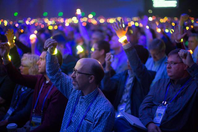 참가자들이 불빛이 반짝이는 팔찌를 하고 손을 높이 들었다.(자료:RSAC)