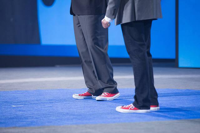 마이클 델 회장과 람잔 RSA CTO가 정장에 안 어울리는(?) 빨간색 스니커즈를 맞춰 신고 나왔다. (자료:RSAC)