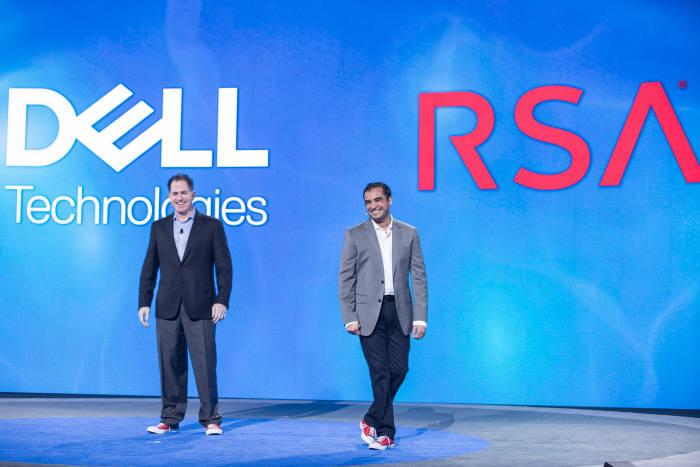 개막 기조연설자로 나온 줄피카 람잔(Zulfikar Ramzan) 델 테크놀로지스 RSA 사업부 최고기술책임자(왼쪽)는 `보안은 기술이 아니라 비즈니스의 문제로 접근해야 한다`고 설명했다. 마이클 델(오른쪽) 델 회장이 깜짝 등장했다. 델은 EMC를 인수하며 RSA까지 품었다. 마이클 델 회장과 람잔 CTO는 이날 빨간색 스니커를 맞춰 신고 나왔다. RSA공식 신발이라고 표현했다. (자료:RSAC)