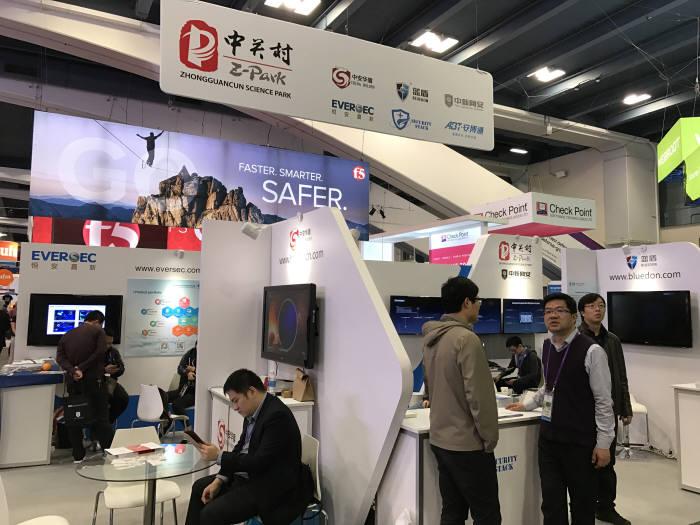 South홀에는 중국을 비롯해 국가관이 들어섰다. 다른 IT분야보다 약하긴 하지만 중국 기업이 꾸준히 전시하며 사이버 보안 분야로 진출을 시도한다.