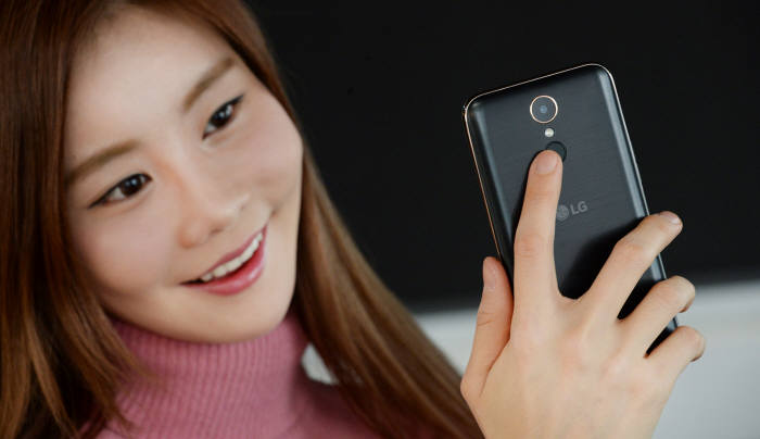 모델이 LG전자 X400 스마트폰을 소개하고 있다.