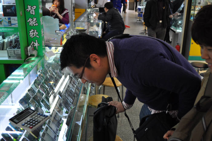 화창베이 시장에서 스마트폰을 살펴보는 사람들<전자신문 DB)