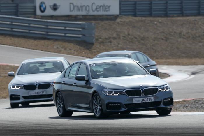 서울 영종도에 위치한 `BMW 드라이빙센터` 트랙을 달리는 BMW 뉴 5시리즈 (제공=BMW코리아)