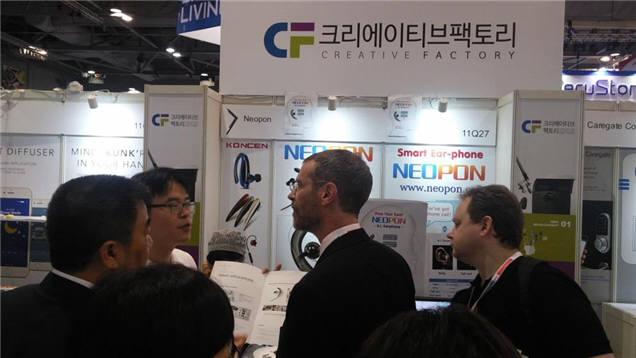 2016 홍콩 글로벌소시스 전자전에 참가한 이승철 네오폰 대표(왼쪽에서 두 번째)가 전시부스를 방문한 크레이그 페플스 글로벌소시스 회장(왼쪽에서 세 번재)의 질문에 답하는 장면.