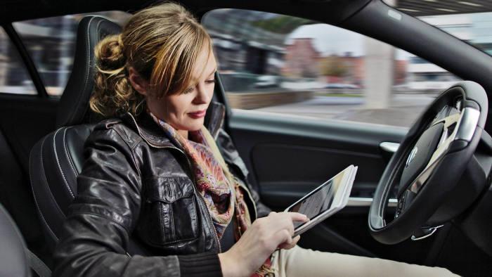 운전자의 조작없이 차량 스스로 운전하는 자율주행차 안에서 운전자가 태블릿PC를 조작하고 있다. <볼보자동차코리아 제공>