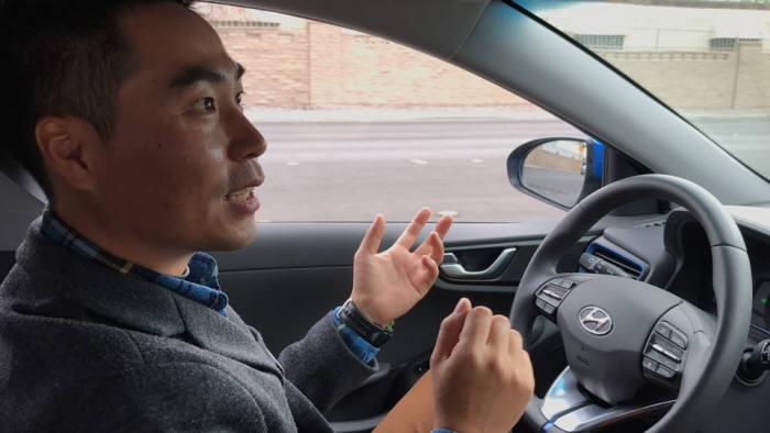 한지형 현대자동차 인간편의연구팀 책임연구원이 지난 1월 미국 라스베이거스에서 아이오닉 자율주행을 구현하고 있다. <전자신문 DB>