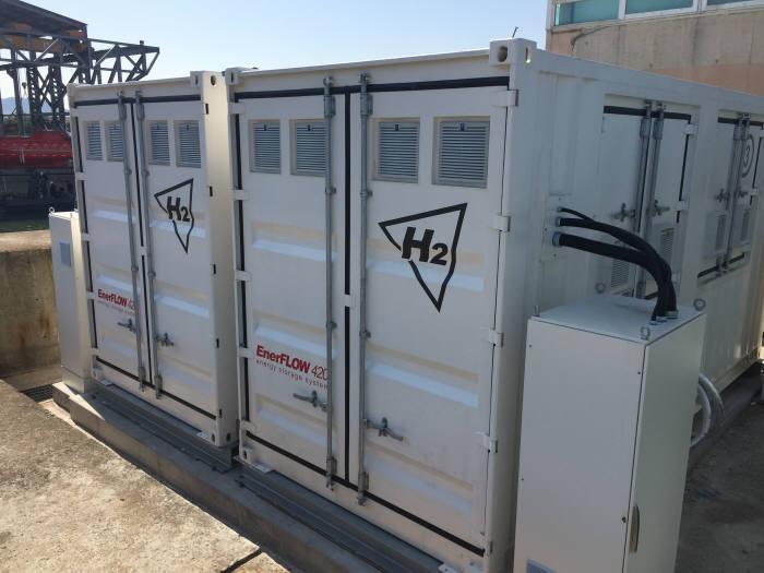 에이치투가 최근 울산 온산공단 내 생산공장에 구축한 레독스 플로 배터리 기반 에너지저장장치(ESS).