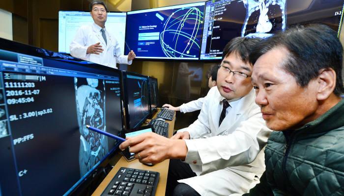 가천대 길병원은 인공지능(AI)을 활용한 암진료를 성공했다. IBM 왓슨 인공지능 암센터에서 길병원 의료진이 환자에게 진료 내용을 설명하고 있다. 윤성혁기자 shyoon@etnews.com
