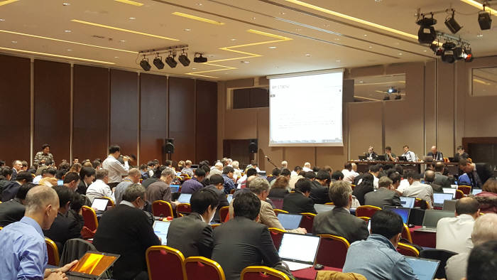 KT 이동준 팀장이 9일 3GPP 무선총회에서 NGMN 대표 18개 5G 핵심기술 및 평창5G 기술을 표준과제로 제안하고 있다.