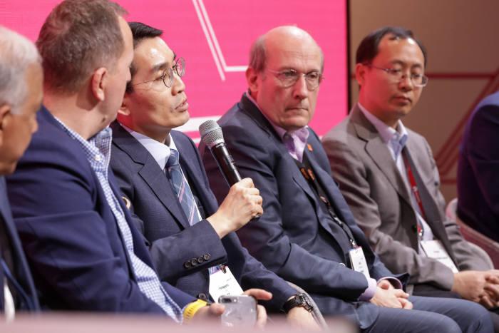 지난달 28일 스페인 MWC 행사장에서 있었던 NGMN 프레스 브리핑에서 아시아 사업자 대표로 참석한 KT의 이용규 상무가 NGMN에서의 KT 5G 활동에 대해 발표하고 있다.