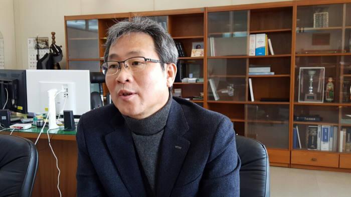 정현규 한국전자통신연구원(ETRI) 5G기가서비스연구부문장은 우리나라가 계속 ICT 강국으로 남기 위해서는 멀리 앞날을 대비한 기획연구에 힘써야 한다고 강조했다.