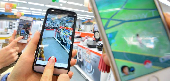 포켓몬고는 외부에서 이동하며 스마트폰 화면에 나타나는 캐릭터들을 사냥하는 방식이다.