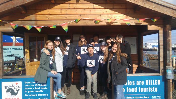 알바천국 `천국의 알바` 프로그램 제14기 참가자들이 아이스란드 고래보호 아르바이트에 참가하기전 기념촬영을 하고 있다. 사진=알바천국 제공