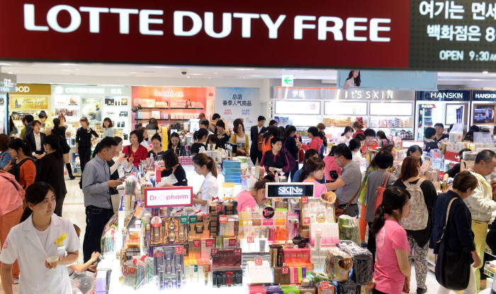 국내 한 면세점에서 중국인 관광객이 화장품을 구입하고 있다.(자료: 전자신문 DB)