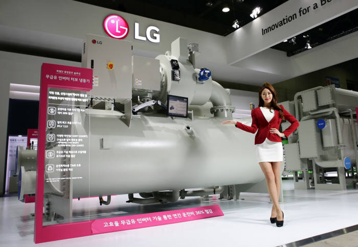 LG전자는 이달 초 열린 '2017 한국국제냉난방공조전(HARFKO)'에서 세계 최고 수준의 에너지 효율을 갖춘 무급유(Oil Free) 인버터 터보 칠러 신제품을 소개했다.