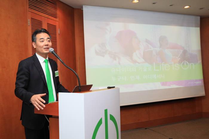 김경록 슈나이더 일렉트릭 코리아 사장이 14일 그랜드 힐튼 서울 호텔에서 열린 기자간담회에서 차세대 에코스트럭처 통합 솔루션을 소개했다.