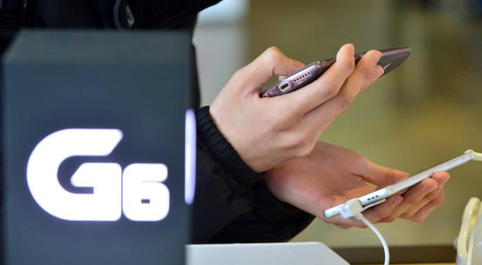 LG G6가 예약 판매 시작 나흘 만에 4만대를 넘어서며 초반의 흥행 돌풍을 예고했다. 윤성혁 shyoon@etnews.com