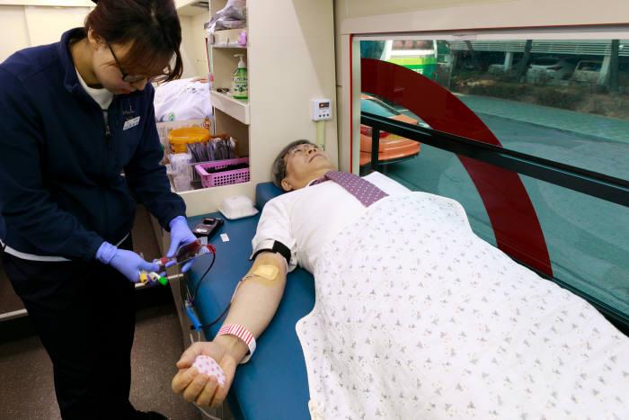 김승철 이화의료원장이 '사랑의 헌혈 운동'에 동참해 헌혈을 하고 있다.