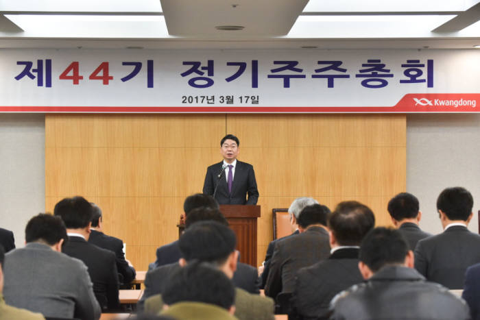 17일 서울 서초구 aT센터에서 열린 제44기 정기주주총회에서 최성원 광동제약 대표가 영업보고 및 2017년 사업계획을 발표했다.