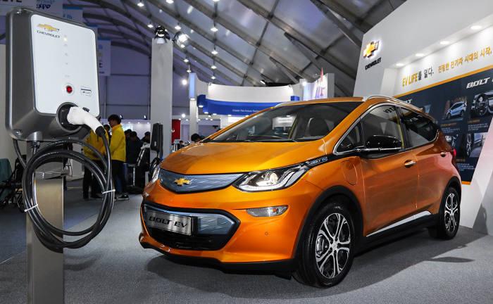 한국지엠이 2017 국제전기자동차엑스포에서 사전계약에 돌입한 차세대 전기차 '볼트(Bolt)'