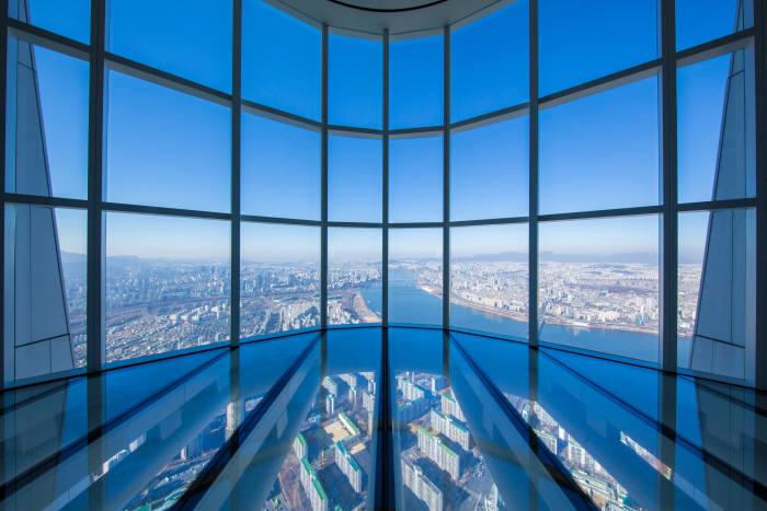 롯데월드타워 전망대 '서울스카이'가 22일 오픈한다. 사진은 118층의 '스카이데크' 모습. 사진=롯데물산 제공