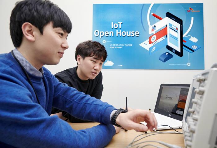 'IoT오픈하우스'에서 SK텔레콤과 벤처업체 관계자가 IoT 아이템에 대해 논의하는 모습.