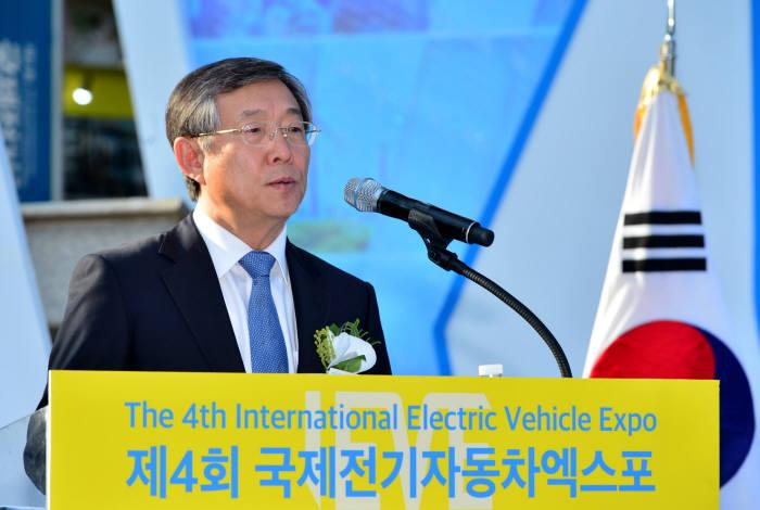 양웅철 현대자동차 부회장이 '2017 국제전기자동차엑스포(2017 iEVE)' 개막식에서 기조연설을 하고 있다.