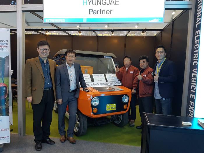 17일 제주에서 열린 제4회 국제전기자동차엑스포에서 형제파트너 김정완 대표(오른쪽)와 산단공 관계자가 부스에서 기념촬영했다.